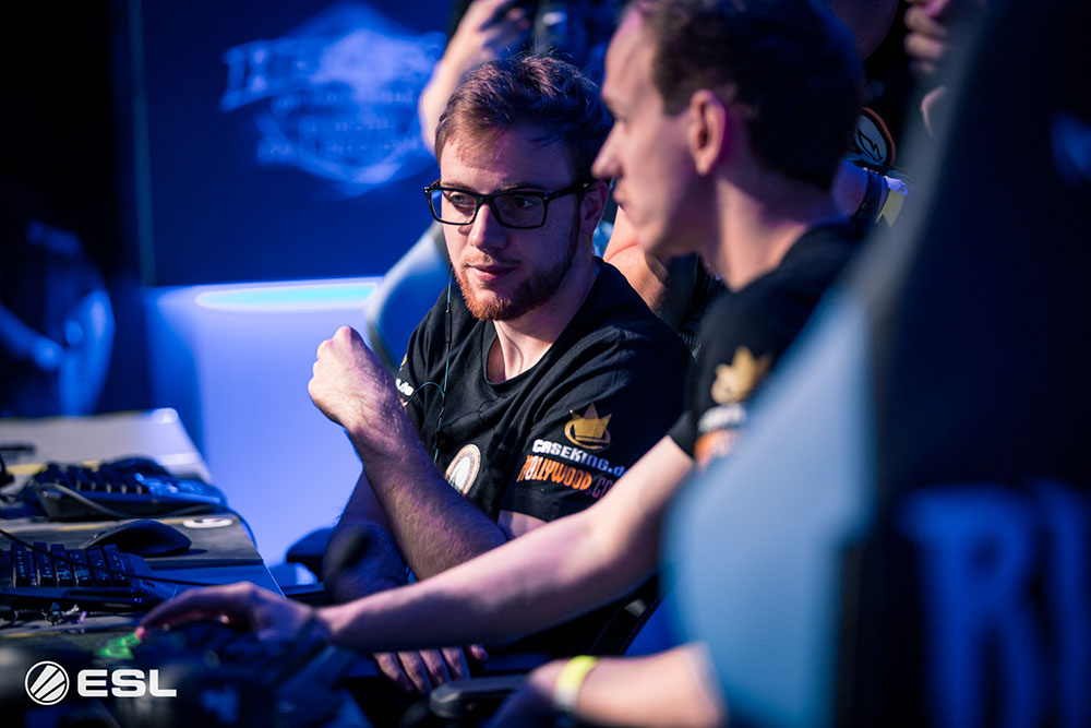 Nurok helping his team during draft at Gamescom